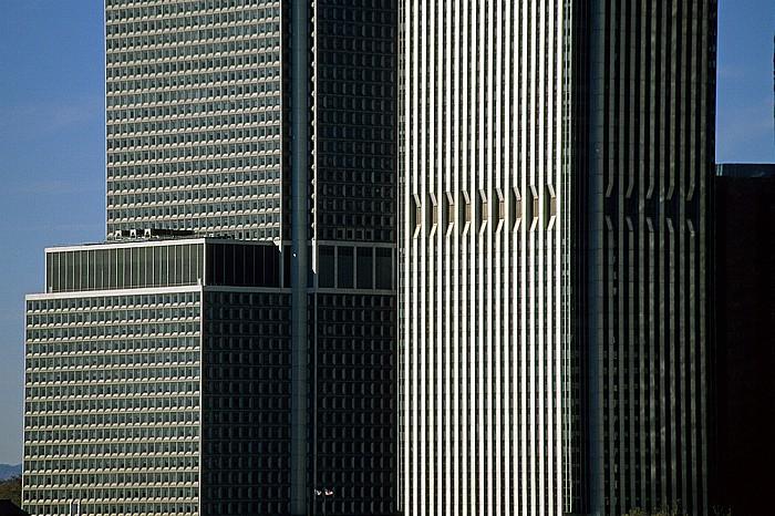 Blick von der Brooklyn Heights Esplanade: Links 1 New York Plaza, rechts 125 Broad Street