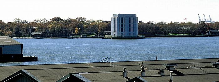 New York Blick von der Brooklyn Heights Esplanade: Governor's Island