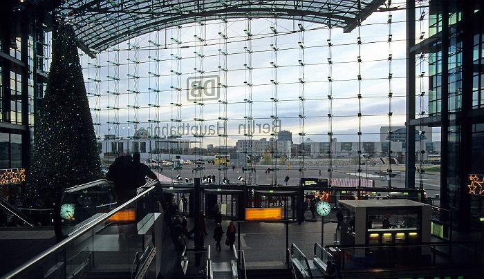 Berlin Hauptbahnhof: Blick auf den Washingtonplatz Bundeskanzleramt Mitte Paul-Löbe-Haus Potsdamer Platz Reichstagsgebäude