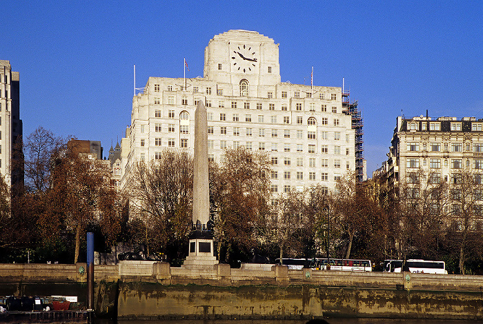 London Shell Mex House, davor Cleopatra's Needle, Themse