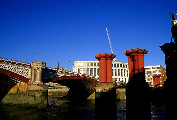 Links Blackfriars Bridge, rechts Blackfriars Railway Bridge, Themse London