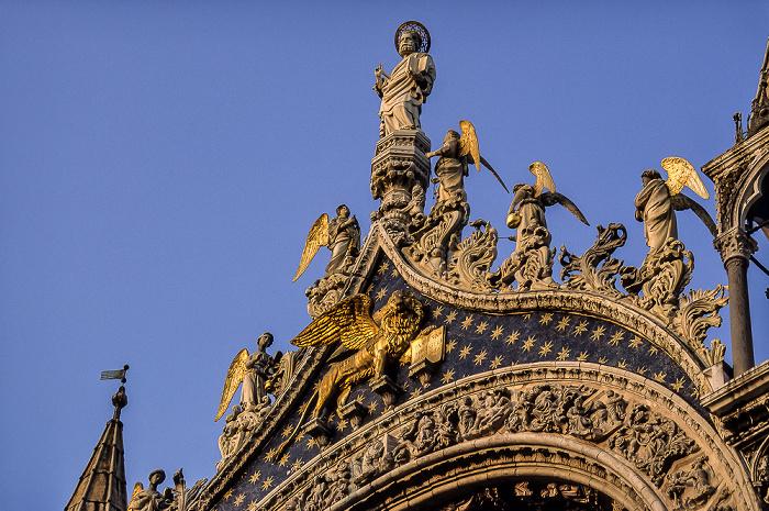Venedig Basilica San Marco: Heiliger Markus und Engel über dem Mittelbogen