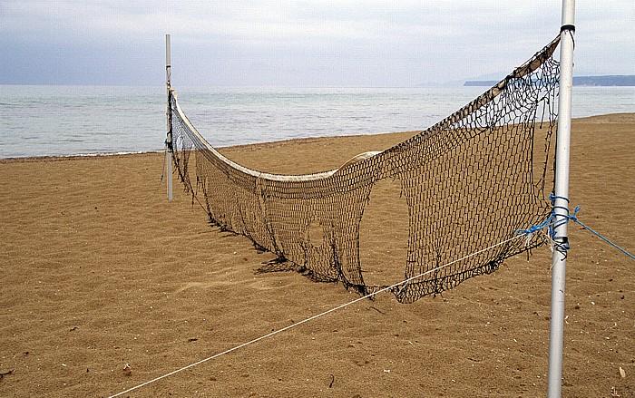 Is Arenas Strand mit Volleyballnetz