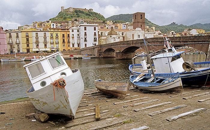 Bosa Fiume Temo mit der Steinbrücke, Fischerboote, Altstadt Castello Malaspina Kathedrale dell' Immacolata
