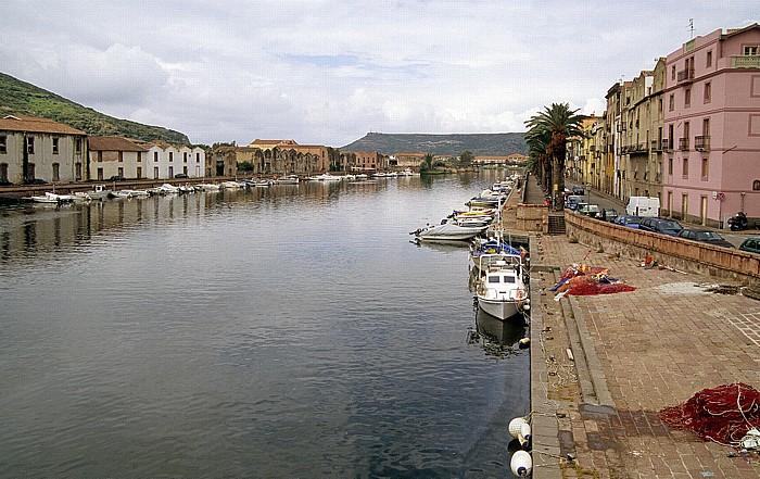 Bosa Blick von der Steinbrücke: Fiume Temo mit Fischerbooten
