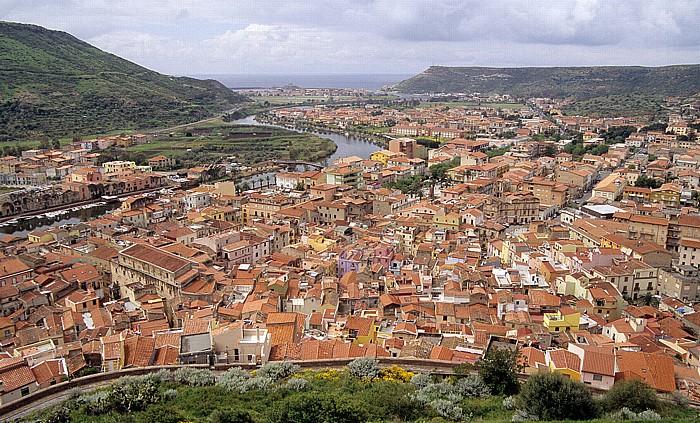 Blick vom Castello Malaspina (Serravalle): Altstadt, Fiume Temo, Bosa Marina, Mittelmeer