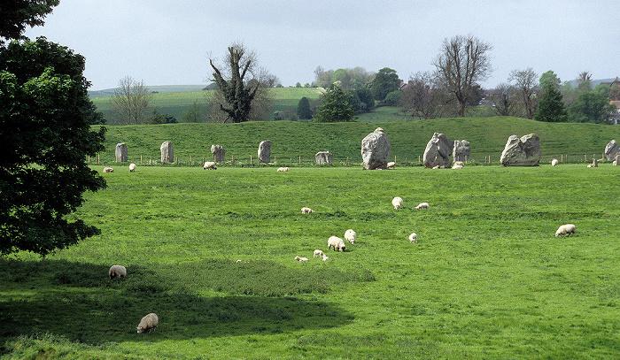 Avebury Innerer kleiner Südkreis, dahinter der äußere große Steinkreis Äußerer großer Steinkreis
