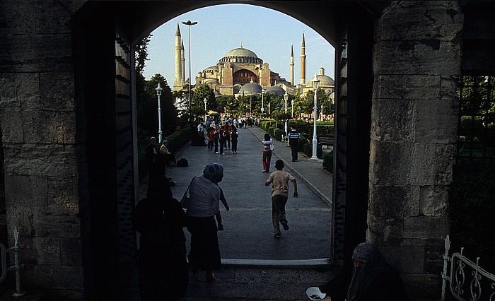 Istanbul Blick von der Blauen Moschee zur Hagia Sophia Blaue Moschee Sultanahmet-Platz