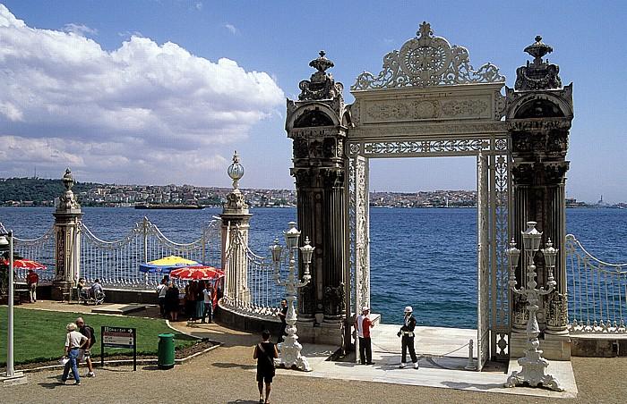 Dolmabahçe-Palast: Haupttor am Ufer Istanbul