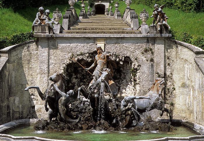 Linderhof Schlosspark (Nordhang): Figurengruppe des Neptunbrunnens, Kaskade