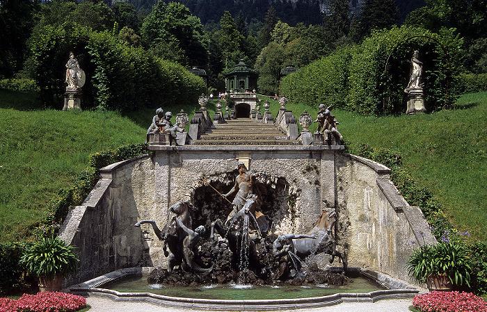 Linderhof Schlosspark (Nordhang): Figurengruppe des Neptunbrunnens, Kaskade, Musiktempel