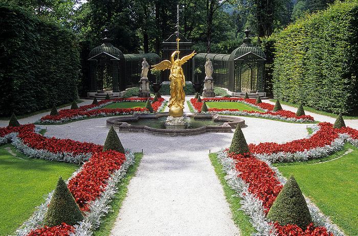 Linderhof Schlossgarten: Westliches Parterre - Brunnenfigur Fama