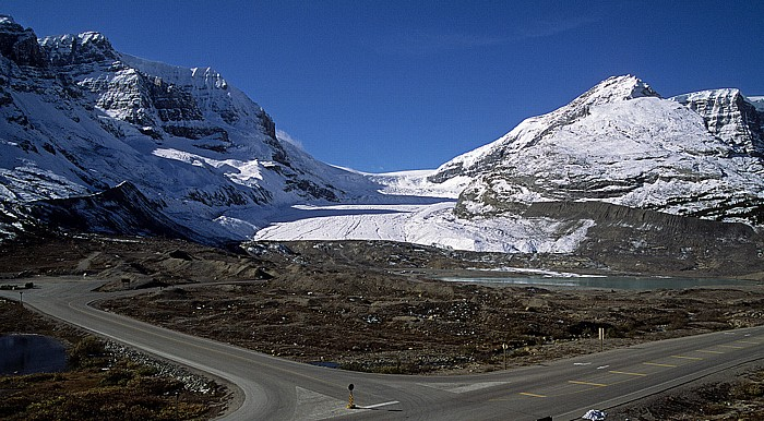 Jasper National Park Columbia Icefield mit dem Athabasca Glacier zwischen Mount Andromeda und Snow Dome (rechts) Sunwapta Lake