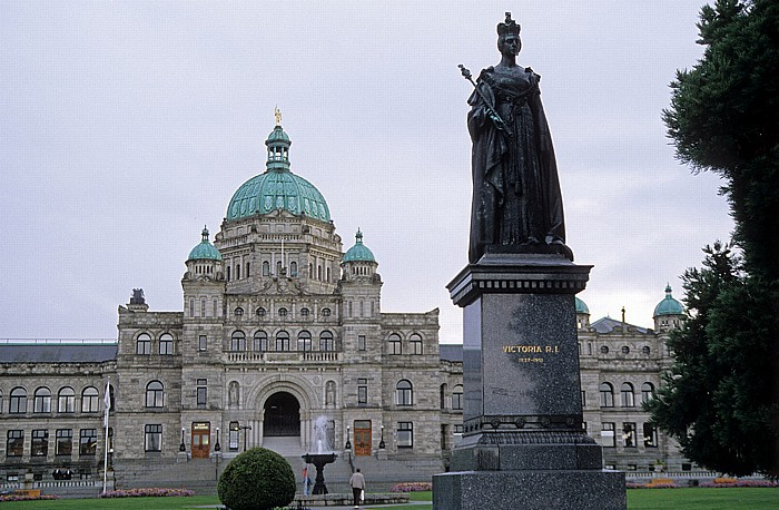 Victoria Parlamentsgebäude, Denkmal von Königin Elisabeth I.