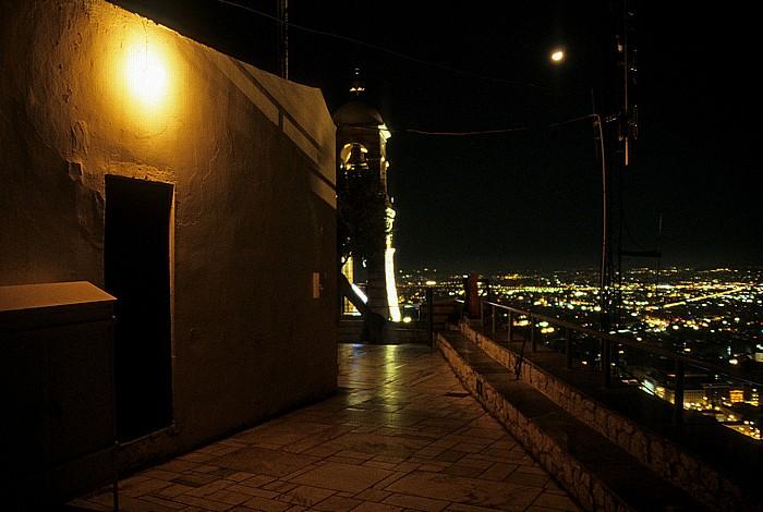 Lykavittos: Links die Sankt-Georgs-Kapelle (Agios Georgios) Athen 2007