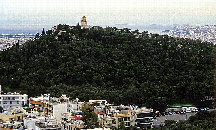 Blick von der Akropolis: Musenhügel mit Philopapposdenkmal Athen 2007