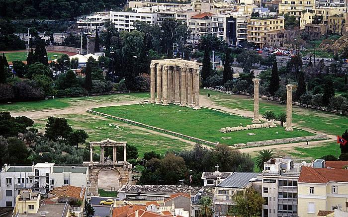 Athen Blick von der Akropolis: Olympieion (Tempel des Olympischen Zeus) Hadrianstor