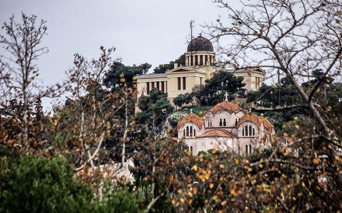 Nationalobservatorium (hinten) und die Kirche Agia Marina Athen 2007