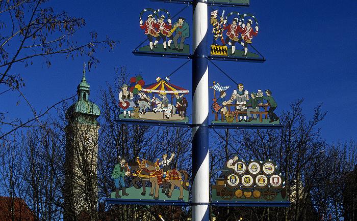 München Viktualienmarkt: Maibaum Heilig-Geist-Kirche