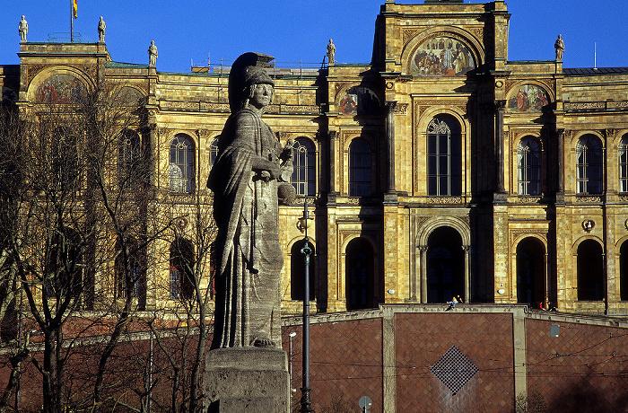 München Figur der Pallas Athene auf der Maximiliansbrücke Maximilianeum