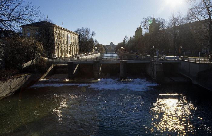 Blick von der Maximiliansbrücke: Isar München