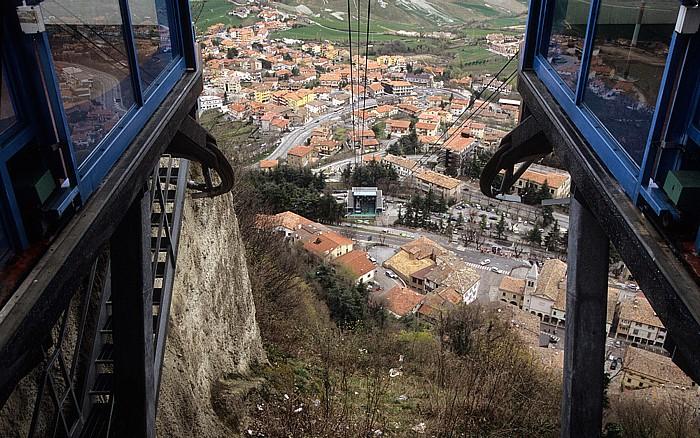 San Marino Monte Titano: Blick von der Seilbahn-Station auf Borgo Maggiore