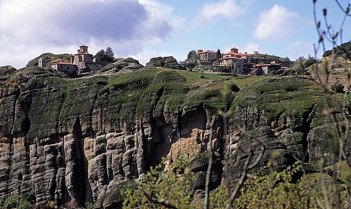 Metéora Felsen von Meteora: Kloster Varlaám (links) und Kloster Metamórphosis (Megálo Metéoro)