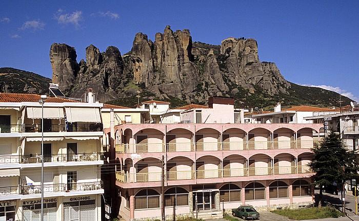 Kalambaka Felsen von Meteora (rechts das Nonnenkloster Agios Stéphanos)