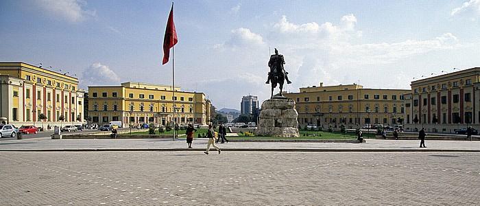 Tirana Skanderbeg-Platz: Skanderbeg-Denkmal Boulevard Dëshmorët e Kombit