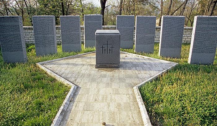 Tirana Großer Park (Parku i Madh): Granitstelen des Deutschen Soldatenfriedhofes