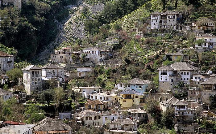 Gjirokastra Blick von der Burg: Altstadt an den Hängen des Mali i Gjerë