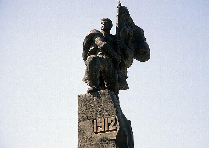 Vlora Unabhängigkeitsdenkmal: Figur des Bannerträgers mit der Flagge