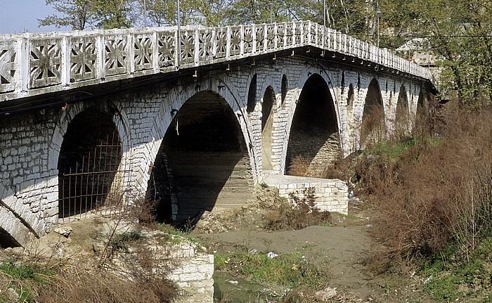 Berat Steinbrücke über den Osum