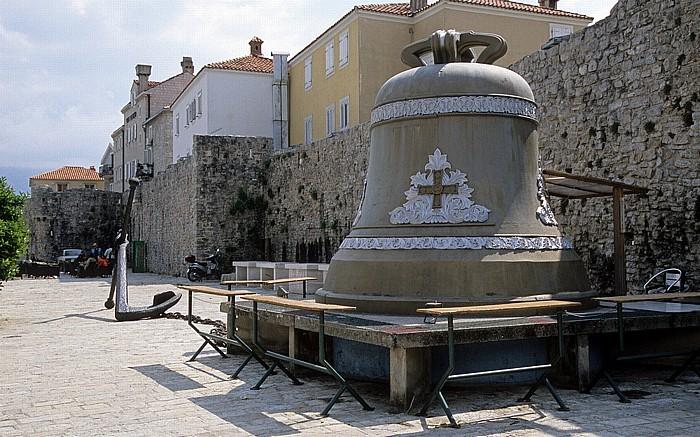Budva Hafen: Anker und Glocke Stadtmauer