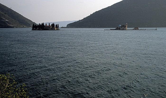Bucht von Kotor Klosterinsel Sveti Djorde (St. Georg) und die Friedhofsinsel Gospa od Skrpjela