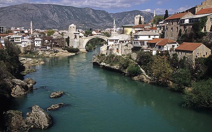 Mostar Blick von der Lučki most: Alte Brücke (Stari most) über der Neretva
