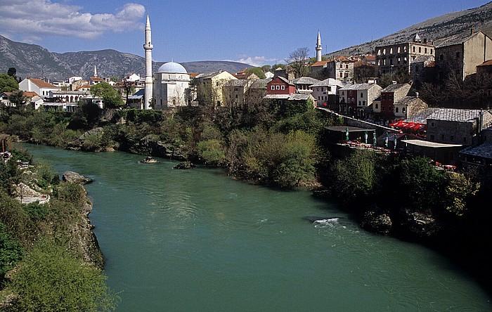 Mostar Blick von der Alten Brücke (Stari most): Koski-Mehmed-Pasha-Moschee (links) und Nesuh-Aga-Vucjakovic-Moschee Alte Brücke Neretva