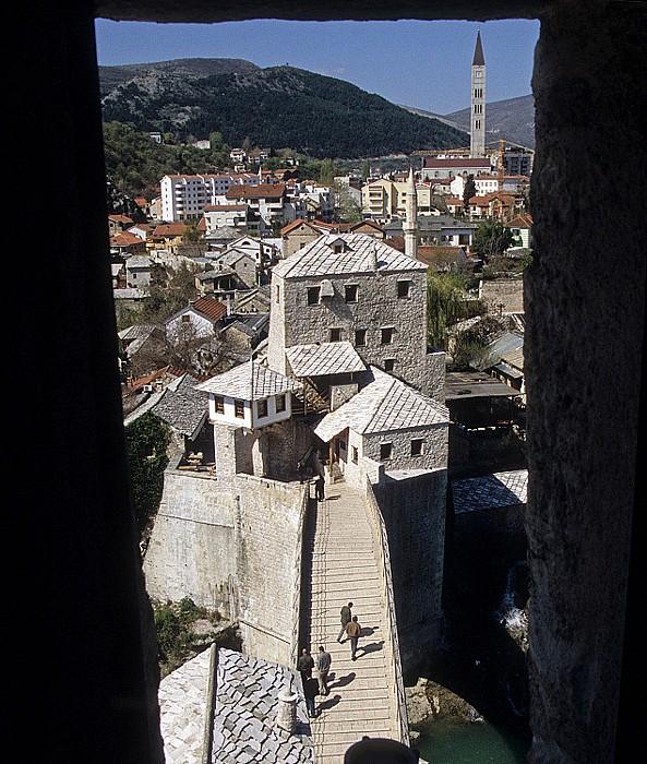 Mostar Blick aus dem Städtischen Museum: Alte Brücke (Stari most) Franjevačka crkva i samostan sv. Petra i Pavla u Mostaru Städtisches Museum