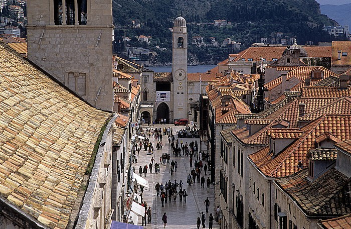 Dubrovnik Altstadt: Blick von der Stadtmauer: Placa Stradun, Uhrturm Franziskanerkloster Glockenturm Placa (Stradun)