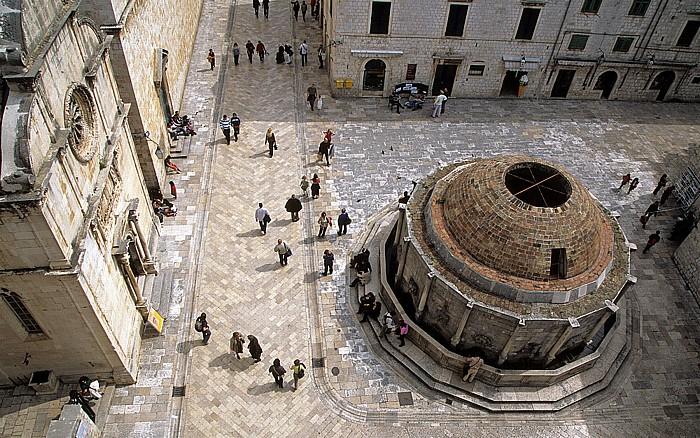 Dubrovnik Altstadt: Blick von der Stadtmauer: Placa Stradun, Großer Onofriobrunnen Crkva sv. Spasa Placa (Stradun)