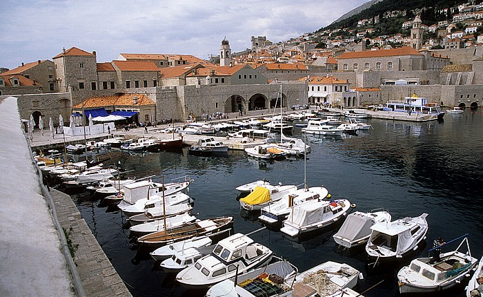 Dubrovnik Altstadt: Blick von der Stadtmauer: Alter Hafen Dominikanerkloster Festung Minceta Glockenturm Stadthafen