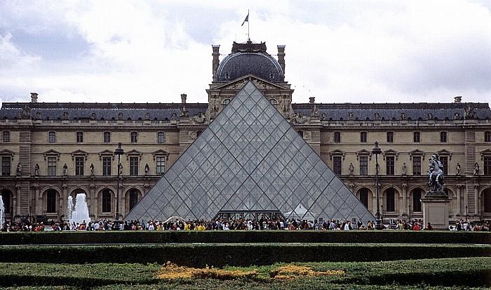 Paris Musée du Louvre: Glaspyramide im Innenhof, Sully-Trakt
