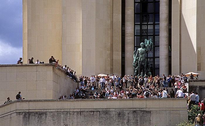 Paris Palais de Chaillot, Bronzestatue Apollo (von Henri Bouchard)