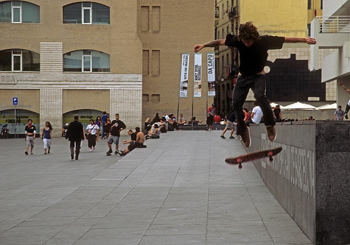 Ciutat Vella (El Raval): Plaça dels Àngels/Barcelona Museum of Contemporary Art: Skateboarder Barcelona