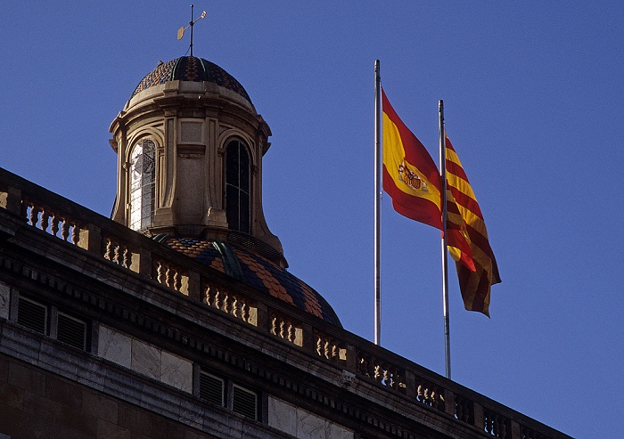Barri Gòtic: Palau de la Generalitat: Flaggen Spaniens und Kataloniens Barcelona