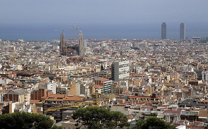 Blick vom Parc Güell: Sagrada Familia sowie Torre Mapfre (links) und Hotel Arts Barcelona
