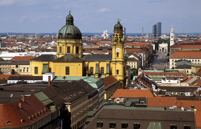 Blick vom Rathausturm (Neues Rathaus): Theatinerkirche, Ludwigstraße (mit Siegestor und Ludwigskirche) München 2008