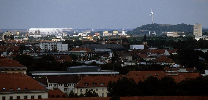 Blick vom Rathausturm (Neues Rathaus): Allianz Arena, Fröttmaninger Berg (mit Windkraftanlage) München