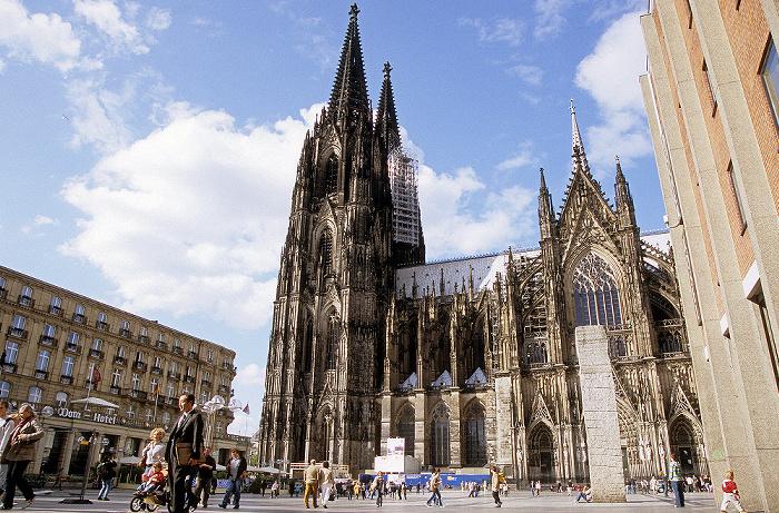 Kölner Dom (Hohe Domkirche St. Peter und Maria): Südfassade Dom-Hotel Himmelssäule Roncalliplatz