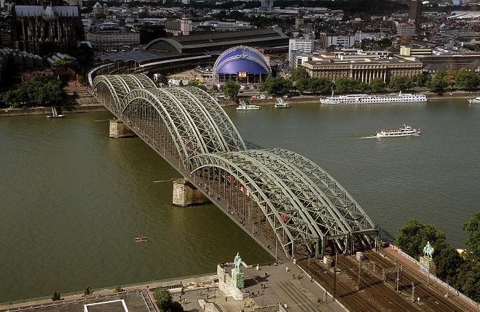 Blick vom KölnTriangle: Rhein, Hohenzollernbrücke Dom Hauptbahnhof Musical Dome